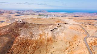 Aerial view of a castle on a volcanic crater / Luftaufnahme eines Schlosses auf einem vulkanischen Krater