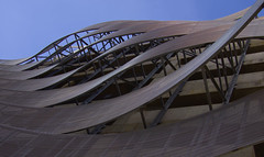 Courbes sous un ciel bleu (AlainC3) Tags: architecture architectural tôleondulée irrigatediron dallas texas nikond7500 courbe curve design bâtiment building