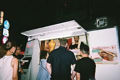 (埃德溫 ourutopia) Tags: film fuji fujifilm fujicolor 400 simpleace quicksnap singleusecamera guy man girl people night roadside sidewalk vendor shawarma kebab food truck shinjuku tokyo japan フィルム 新宿 東京 日本 turkish
