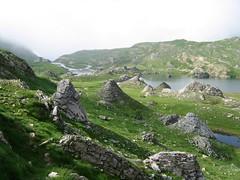 Cirque de Troumouse - ambiance britannique (ViveLaMontagne67) Tags: landscape france pyrénées pyrenees mist brume rocks stones troumouse 250v10f
