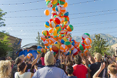 Ball Drop at the Beach Party (aaronrhawkins) Tags: party ball beach drop plastic riverwoods mall provo utah ful celebration freedom festival scramble free colorful crowd frenzy reach fall bounce excitement aaronhawkins