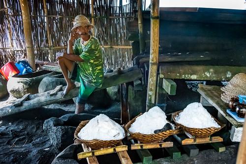 Het zout fabriekje. Vooraan drie mandjes met zout die staan uit te druipen, bijna klaar voor verkoop.