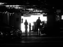 Entrance (Lea Ruiz Donoso) Tags: fotourbana arquitectura blackandwhite luz light lights dark sombras shadows monocromo monochrome bnw bw streeetscene streetlife aparcamiento parking parkinglot gente people candidstreet urbanlife everydaylife pespectiva perspective geometry urbanview entrada