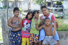 canal children (the foreign photographer - ฝรั่งถ่) Tags: canal children five three boys two girls khlong thanon portraits bangkhen bangkok thailand nikon d3200
