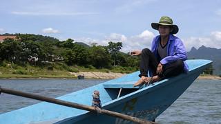 Barquero en el Río Son, Phong Nha, Vietnam