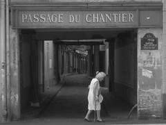Paris Aller...... (olivier.lours) Tags: paris passage passageduchantier noiretblanc bw personne rue street
