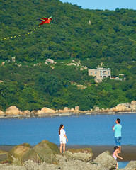 Skylne Trip to 金海沙滩 Kites 03 (C & R Driver-Burgess) Tags: beach sea water ocean coast ripples surf kiteboard kitesurf cloud sky blue red green hills horizon spectators