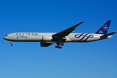 B-2049 (China Southern - SKYTEAM) (Steelhead 2010) Tags: chinasouthern skyteam boeing b777 b777300er yyz breg b2049