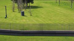 Graswachstumsüberwachung. (universaldilletant) Tags: frankfurt video überwachung surveillance cctv zaun rasen grün gras gärtnern20