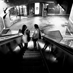 Les copines, ça parle beaucoup !... (woltarise) Tags: streetwise métro station outremont montréal escalator femmes descente ambiance iphone7 reflets