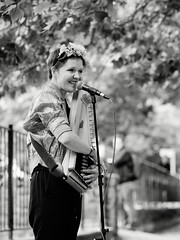 Alice Rose (abbilder) Tags: berlin prenzlauerberg lebeninberlin kollwitzkiez kollwitzplatz portrait musik music schwarzweiss blackwhite abbilder wwwabbildercom fuji fujifilm xe2 xf90 90mm alicerosemusic bokeh moody urban street streetphotography smile lächeln zauberhaft melancholie melancholisch melancholia voice stimme prenzlberg twop lr6