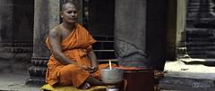 2018_05_01_090418 (2018_05_01_040418)-cine (Mod Støv (Steph Gaudry)) Tags: angkor cambodge monk bouddhisme moine