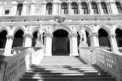 L'escalier des géants (Franck.Robinet) Tags: venise venice venezia venedig veneto monochrome bnw blackandwhite noiretblanc palais palazzo staircase stairs stair step architecture god mars neptune symmetry symetry symetrie artistique art canon7d eos 1855 doges ducale italia italy italie inside city building