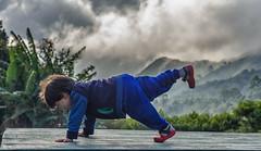 Diego fazendo Yoga (mcvmjr1971) Tags: vermelho yoga postura