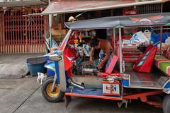 Tuk tuk repair (Thomas Mülchi) Tags: sathondistrict bangkok thailand 2018 photowalk bpg bangkokphotographersgroup people persons person man tuktuk repair krungthepmahanakhon th