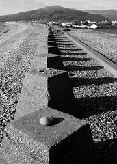 Amddiffynfeydd rhyfel - y Friog, 2009 (Rhisiart Hincks) Tags: concrit concrete cymru gwynedd meirionnydd fairbourne yfriog amddiffynfeydd defences secondworldwar ailrhyfelbyd gerla rhyfel guerre brezel cogadh ue eu ewrop europe eòrpa europa aneoraip a'chuimrigh kembra wales kembre gales galles anbhreatainbheag 威爾斯 威尔士 wallis uels kimrio valbretland 웨일즈 велс เวลส์ ويلز uells ουαλία velsa velsas уельс уэльс уелс walia ウェールズ 威爾士 gallas blancinegre duagwyn gwennhadu dubhagusgeal dubhagusbán blackandwhite bw zuribeltz blancetnoir blackwhite monochrome unlliw blancoynegro zwartwit sortoghvid μαύροκαιάσπρο feketeésfehér juodairbalta