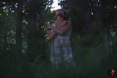 Comunión. (Carlos Velayos) Tags: retrato portrait mujer woman chica girl vestido dress verde green hierba grass arboles trees bosque forest luznatural daylight