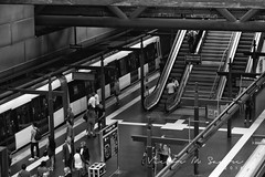 Metro de Madrid (Víctor M. Sastre) Tags: maquinaria arquitectura wagon urbano urban underground people personas architecture gente ciudad city blancoynegro bw blackandwhite madrid monocromático monochrome metropolitan metro escalerasmecánicas catenaria