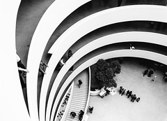 Streets of New York (_gate_) Tags: solomon r guggenheim museum street photography new york city nyc usa black white mai may 2018 stargardt patrick gate trip urlaub travel d750 nikon vc 1530mm tamron old ny dollar america states united architecture personen gebäude bogen decke architektur sunset sun set down skyline night urban stadt himmel oberlicht uhr geometrisch atrium symmetrie einfarbig rotunde linien