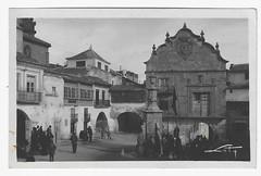 Chinchilla: el Ayuntamiento y Plaza de la Constitución (Centro de Estudios de Castilla-La Mancha (UCLM)) Tags: chinchillademontearagónalbacete plazas square fuentes fountains tarjetaspostales postcards