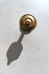OMNI (Tonton Gilles) Tags: graphisme mur ombre rond gris doré abstrait
