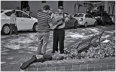 Fotografía Callejera (Street Photography) (Samy Collazo) Tags: leicallf1955 industar61 55mm f28 1992 aristapremium400kodaktrix400 sanjuan oldsanjuan viejosanjuan puertorico musico musicocallejero streetmusician musician guitar guitarra