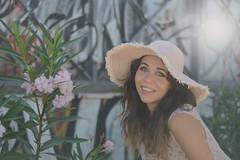 Il cappello di paglia (~Miel) Tags: ragazza donna giovanedonna youngwoman girl friend summer estate sole sun sunnyday nikkor 50mm nikond5200 nikon camera principiante portrait ritratto zomer cappello hat