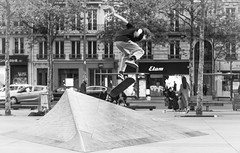 In the air (Janne Räkköläinen) Tags: roller paris marketplace streetphotographing streetview streetlife urban cityview citylife city skateboard skateboarding people peoplephotographing peopleonstreets teenager skilled sporty blackwhite bnw bw canon6d canonphotography canon ef24105l france amateur amateurphotography amateurphotographing speed board 2018 may mustavalkoinen