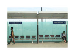 Diptyque (hélène chantemerle) Tags: tramway station transports personnages bleu vert people blue green city