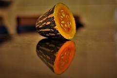 Alimento em reflexo (salezio wagner) Tags: abóbora semente reflexo espelho