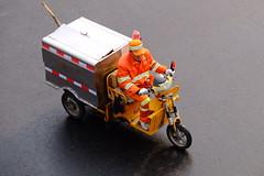 XE3F1482 - Limpiamos la Ciudad – We clean the City (Enrique R G) Tags: pekín beijing china fujixe3 fujinon18135