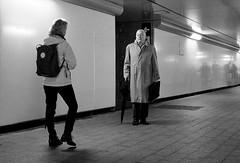 Como espias (no sabemos cómo llamarnos) Tags: streetphotography street photoderue fotourbana fotocallejera blancoynegro blackandwhite noiretblanc monochrome monocromático