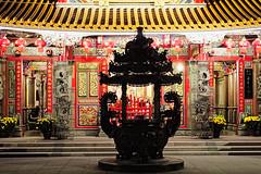 Taitung Tianhou Temple 台東天后宮 (5) (8pl) Tags: temple chaudron couleurs taitung tianhou 台東天后宮 taïwan marches toit toitjaune rouge or jaune