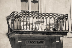 L'OCCITANE (Peter Jaspers (sorry less time to comment)) Tags: frompeterj© 2018 olympus zuiko omd em10 1240mm28 france french paca provence luberon vaucluse gordes hff fence fenced happyfencefriday bn bw zwartwit blackwhite balcony balcon loccitane