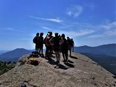 El Cim de la Rocallarga (Xaviort) Tags: roca paisaje cielo gente montaña