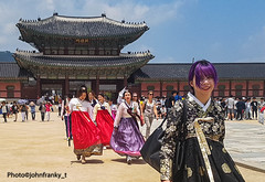 Gyeongbokgung-Seoul-Korea (johnfranky_t) Tags: seoul korea seul gyeongbokgung samsung s7 johnfranky t ragazze costumi pagoda palace capelli viola nuvole cielo nazzurro tetti nastrini borsa cortile finestre