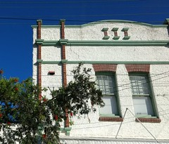 Red and green trim (boeckli) Tags: windows window windowwednesdays fenster tree gebäude building buildingstructure manly sydney newsouthwales architecture architektur sky himmel wednesdaywalls dwwg