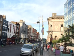 Dublin city centre (Christopher Arundel) Tags: kantoren kantoor taxi taxis offices office buildings cars flags road street city stad iers ierland europa europe ireland cliath atha baile baileathacliath