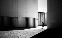 Face The Heat (Sven Hein) Tags: mann menschen leute strasse sommer schwarzweiss strassenfotografie facetheheat man jogging people silhouette street bw blackandwhite candid streetphotography sony rx100m3 rx100iii