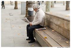 -- (Matías Brëa) Tags: calle street streetphotography leer read persona person humano human
