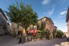 la vie provençale (Rafael Zenon Wagner) Tags: dorf bistro nachmittag mauer gasse himmel blau frankreich nikon d810 tamron 15mm village afternoon wall alley sky drunk france petit café