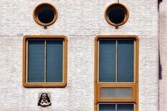 de Ruyter (roberke) Tags: gevel facade muur wall windows ramen vensters architecture architectuur zeevaartschool instituut detail vlissigen zeeland nederland netherlands rond beeltenis zonnig zonlicht sun sunlight