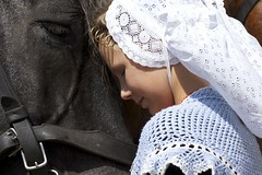 Zwaakse Weel (Omroep Zeeland) Tags: zeeuwse trekpaarden oogst oogstdemonstratie graanoogst klederdracht walcherse dracht