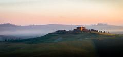 Morning Kiss (Beppe Rijs) Tags: 2018 italien juli sommer toskana italy july summer tuscany sunrise sonnenaufgang gras grass sky himmel landschaft landscape hügel hill nebel mist fog