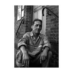 ... (jean76_58) Tags: pentax portrait streetportrait street photography regard blackwhite bw noirblanc nb monochrome monotone urbain urban people frenchtouch chapeau personnes sdf home jcois rouen