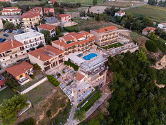 Luftbild vom Hotel Tilemahos and Anneta in Afitos (marcoverch) Tags: afytos chalkidiki travel dji greek urlaub luftbildaufnahme luftaufnahme kassandra griechenland aerial aerialphotography mavicair digitalnomad afitos decentralizedadministrationof decentralizedadministrationofmacedoniaandthrace gr luftbild hoteltilemahosandanneta city stadt architecture diearchitektur reise noperson keineperson town dorf cityscape stadtbild building gebäude house haus roof dach antenne urban städtisch church kirche outdoors drausen sight sicht water wasser landscape landschaft skyline horizont panorama street strase vacation ferien naturephotography children deutschland leica stars brown 7dwf mist cars macromondays