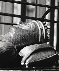 Robert Duke of Normandy Gloucester cathedral (AJH_1) Tags: robert duke normandy gloucester cathedral gloucestershire uk england kodak tmax 100 120 roll film 6x7 format bw blackandwhite monochrome tomb longexposure