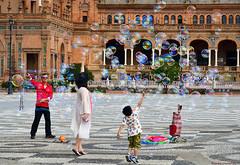 Rompiendo burbujas - Breaking bubbles (ricardocarmonafdez) Tags: sevilla plazadeespaña streetphotography people burbujas bubbles color ciudad city urbanscape nikon d850 24120f4gvr