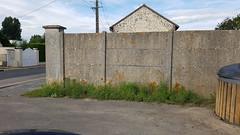 L'entrée du stade et son pied de mur entretenu par la ville