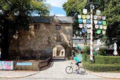 HARZGERODE - GATE OF THE CASTLE (Maikel L.) Tags: europe europa deutschland alemania germany sachsenanhalt saxonyanhalt harz harzgerode schloss castle schlosskeller bicycle fahrrad